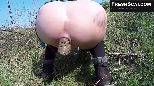 Sexy Girl Shitting Outdoors On Webcam With Large Ass