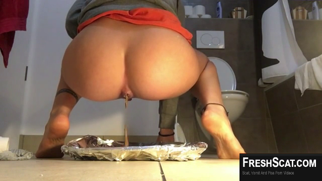 Girl With Really Thick And Juicy Ass Shits On Live Webcam For Us To Enjoy In Her Bathroom