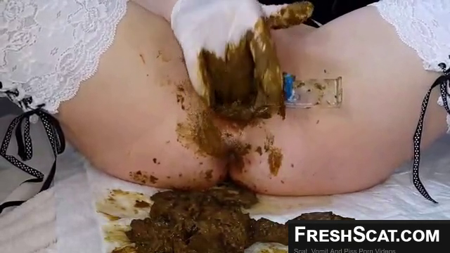 Using A Speculum To Fill Her Pussy Packed With Shit On Webcam And Then Smears Poop Everywhere