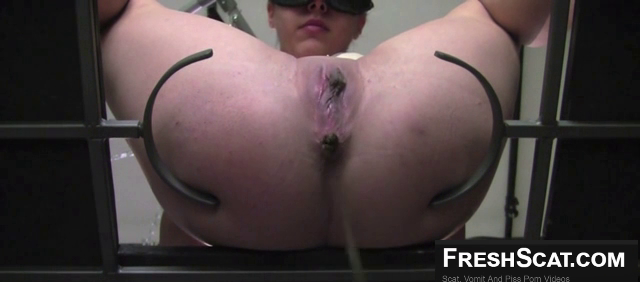 Sexy Dominant Webcam Girl Shits And Pisses Live For Us